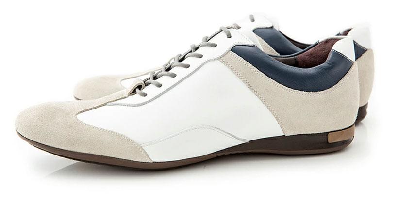 オールホワイトな「真っ白スニーカー」だけでなく、ホワイトを基調に色味を加えた「白ベースのスニーカー」も、大人らしい印象があってオススメです。